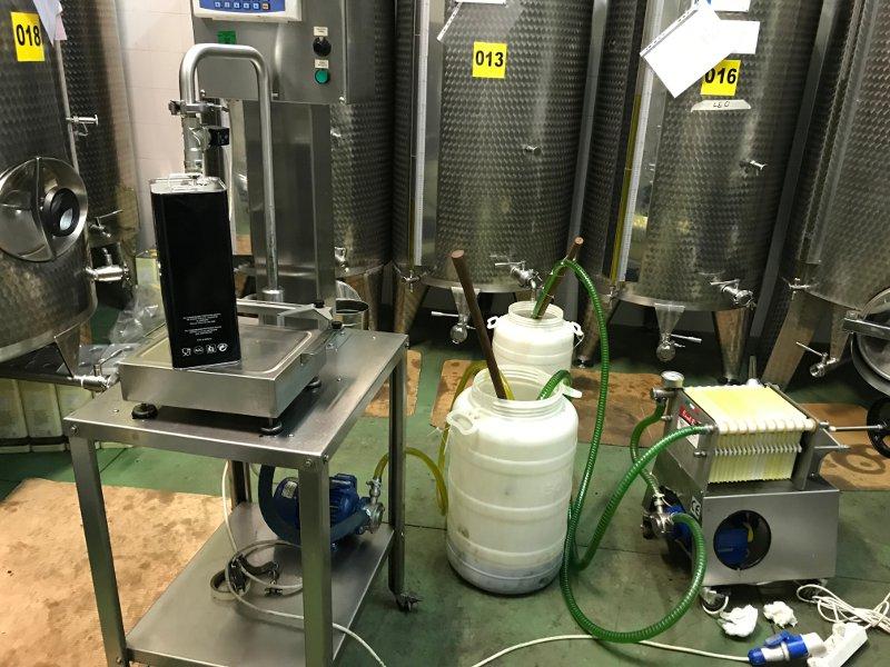 operazione di filtraggio dell'olio