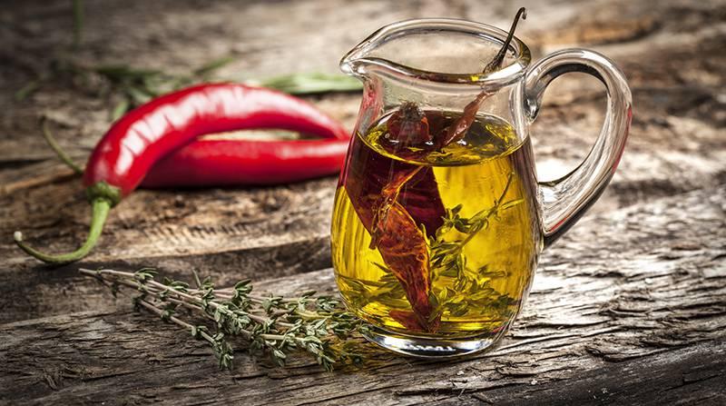 Come preparare l'olio di oliva aromatizzato al peperoncino