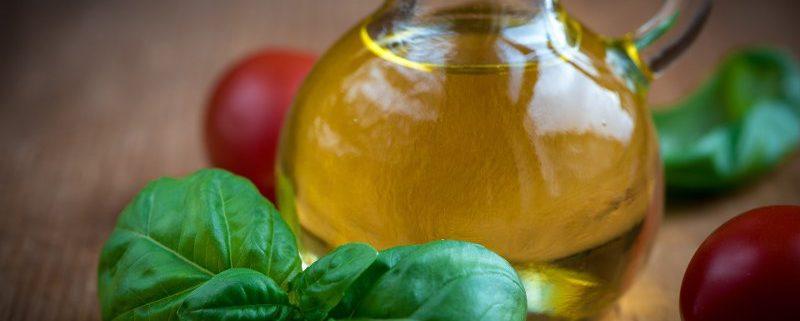 Ingredienti per preparare l'olio aromatizzato al basilico