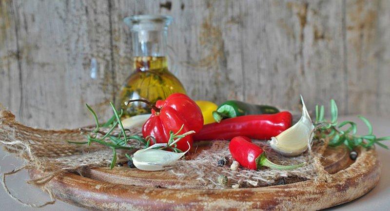Come preparare l'olio di oliva aromatizzato all'aglio