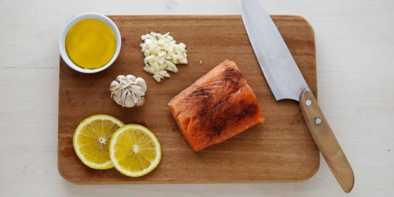 Come preparare l'olio aromatizzato al cedro e al limone