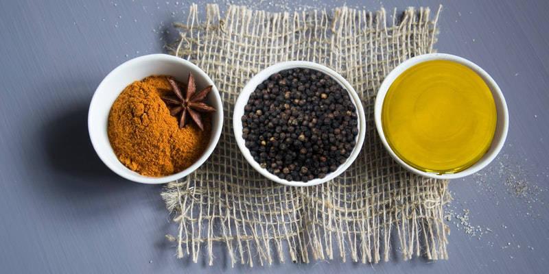 Come preparare l'olio di oliva alla curcuma con pepe nero