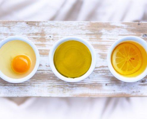 Olio, uovo, limone per capelli