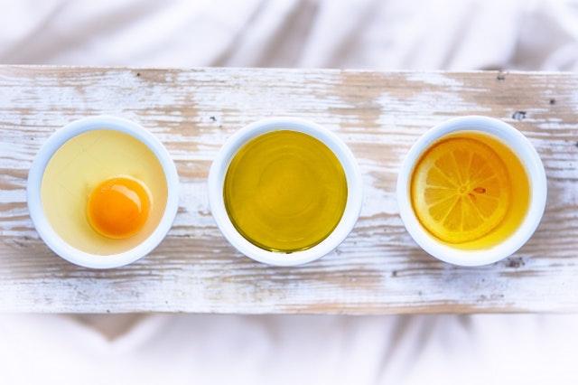 Maschera per capelli con uova e olio di oliva