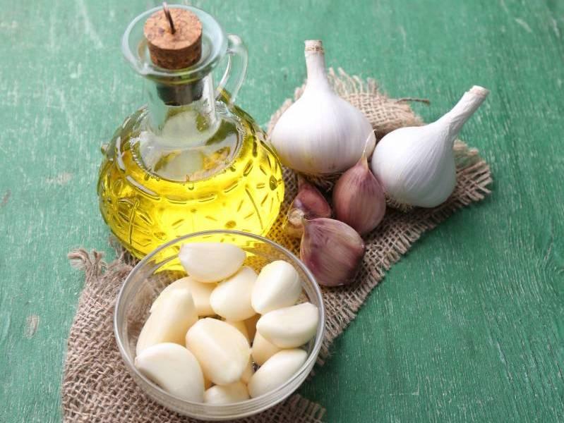 Olio di oliva e Aglio per frenare la caduta dei capelli